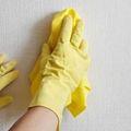 Как убрать пятно с обоев и отмыть грязь.